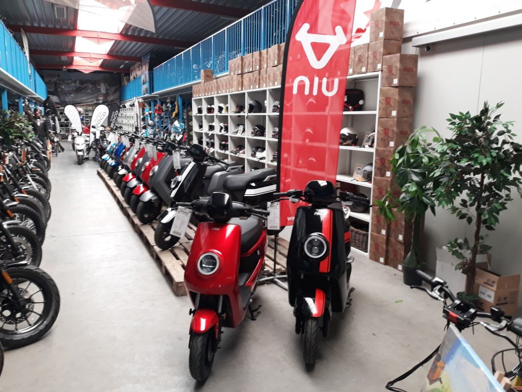 Elektrische scooters in de showroom vanFietsmoto Bredene